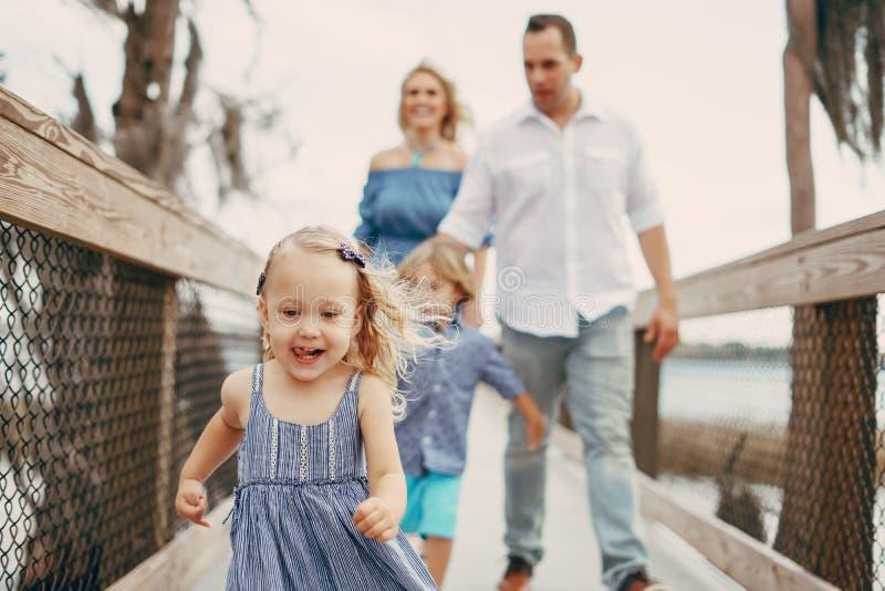 Молодая семья на улице стоковая фотография