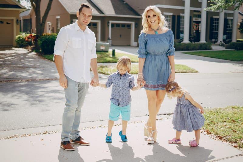 Молодая семья на улице стоковые изображения rf