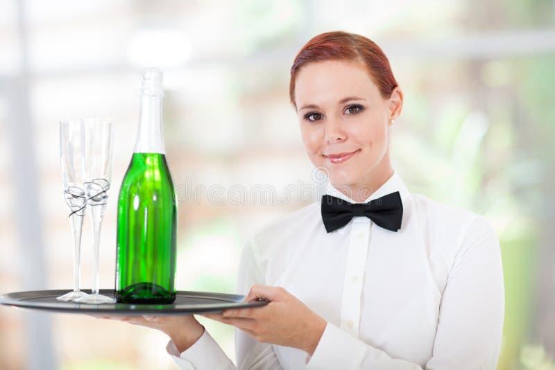 Молодая сервировка официантки стоковое изображение