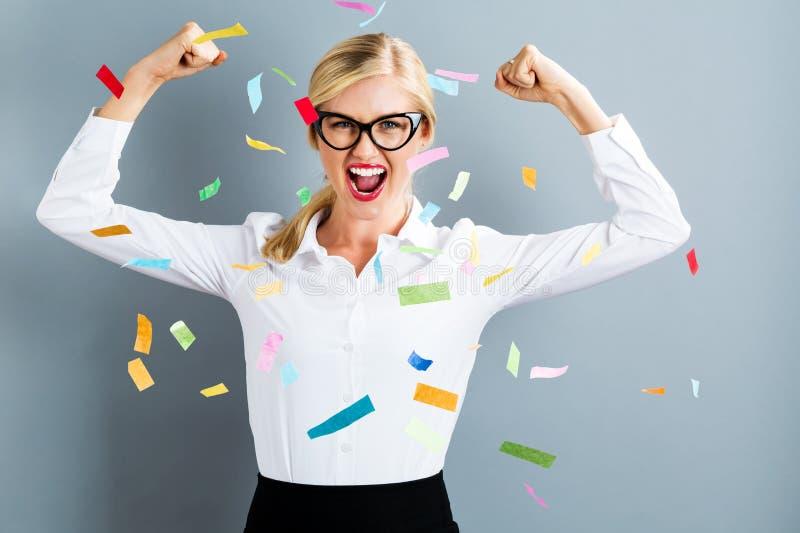 Молодая сильная бизнес-леди празднуя стоковые изображения rf
