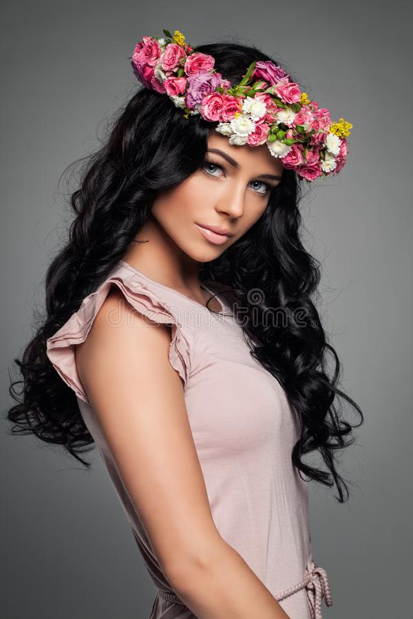 Молодая совершенная фотомодель в розовом платье стоковое изображение