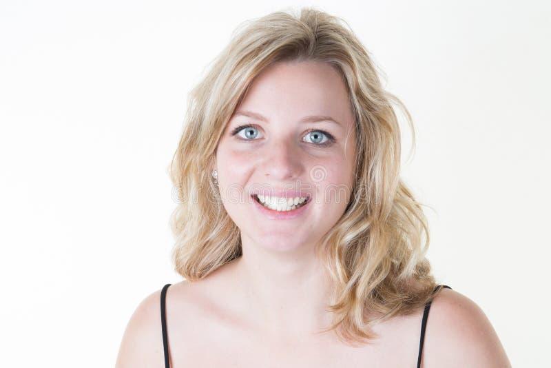 молодая современная белокурая девушка на белой предпосылке с улыбкой стоковые изображения rf