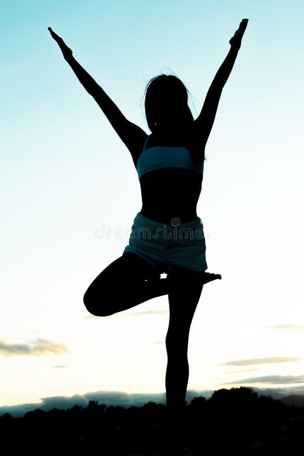 Молодая спортсменка делает йогу асана стоковые фото