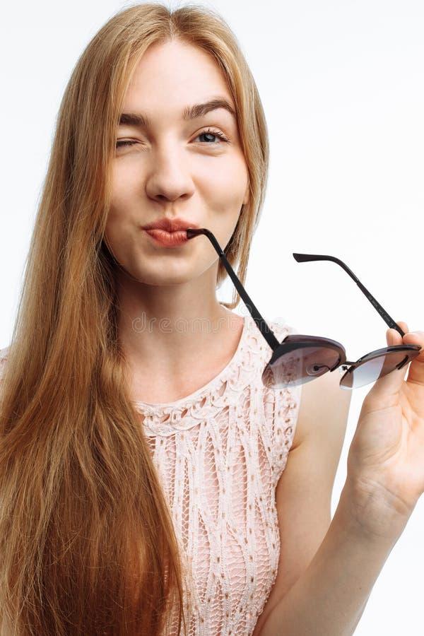 Молодая стильная девушка, модель представляя с стеклами на белом backgroun стоковые фото