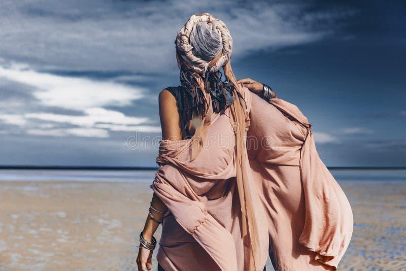 Молодая стильная женщина с модными аксессуарами boho на bea стоковые изображения