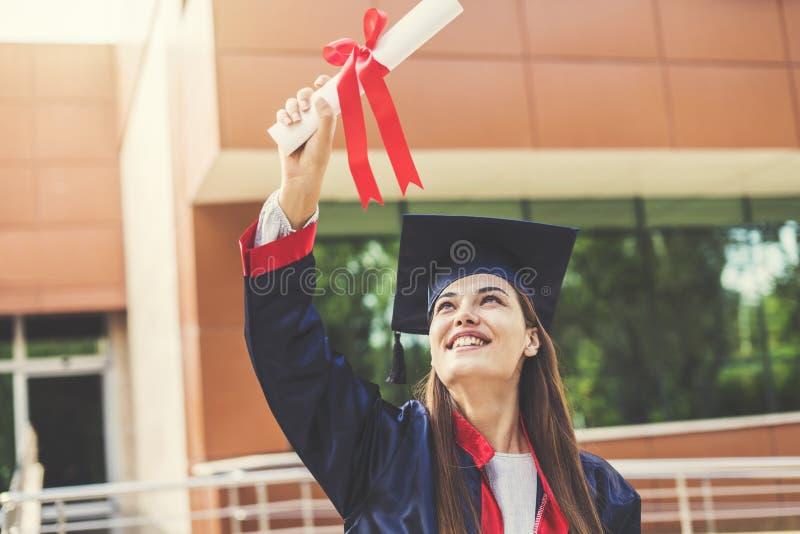 Молодая студентка градуируя от университета стоковое фото rf