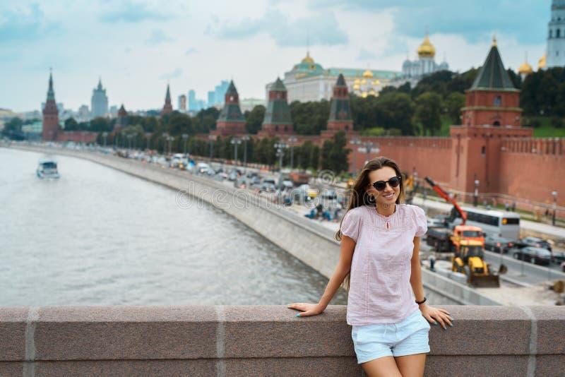 Молодая счастливая девушка на предпосылке города Москвы Россия, Москва, красная площадь, река Moskva - 2016 стоковое изображение rf