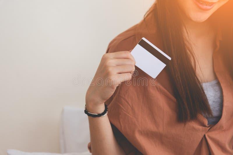 Молодая счастливая женщина используя кредитную карточку Дело и онлайн ходя по магазинам концепция Тема финансовых и денег стоковая фотография rf