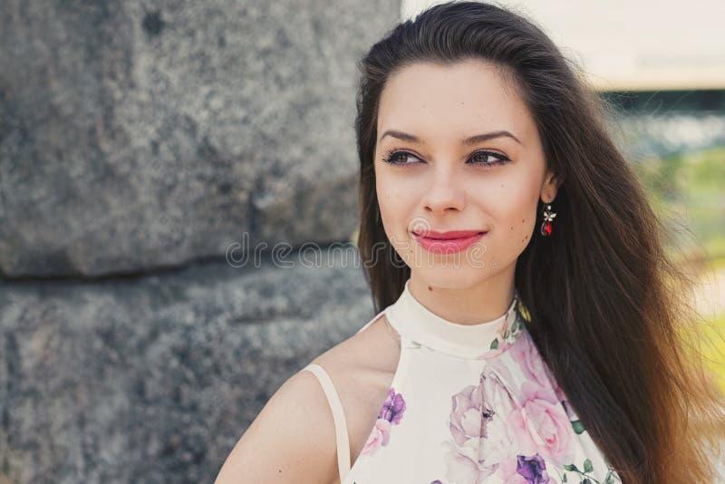 Молодая счастливая женщина с свежей и чистой кожей стоковые фото
