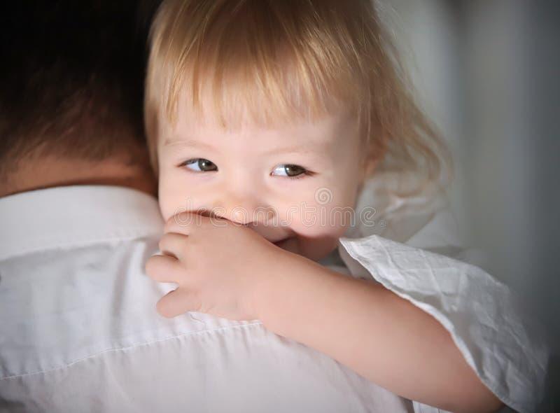 Молодая счастливая семья на покупках Отец держа младенца стоковые фото