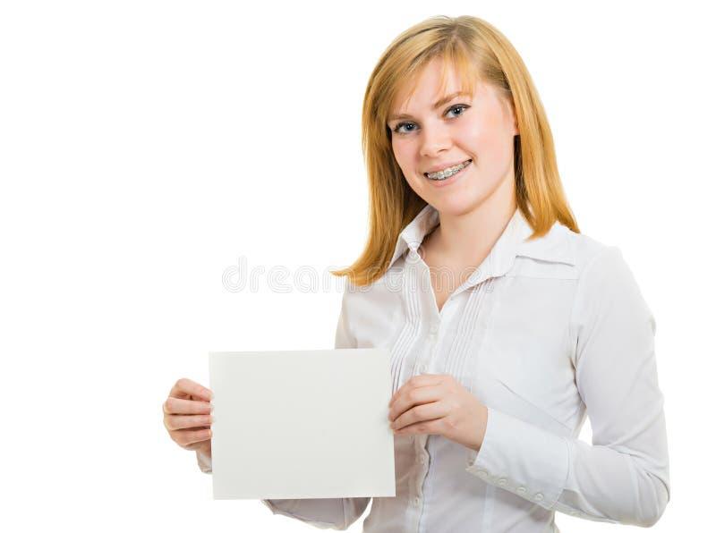 Молодая ся женщина с кронштейнами и белой афишей стоковое изображение