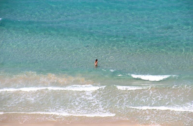 Молодая тонкая женщина в голубом море Вода бирюзы взгляда сверху прозрачная стоковая фотография