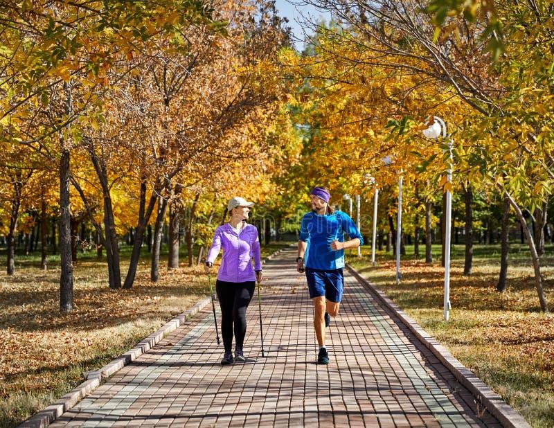 Молодая тренировка пар в парке стоковая фотография
