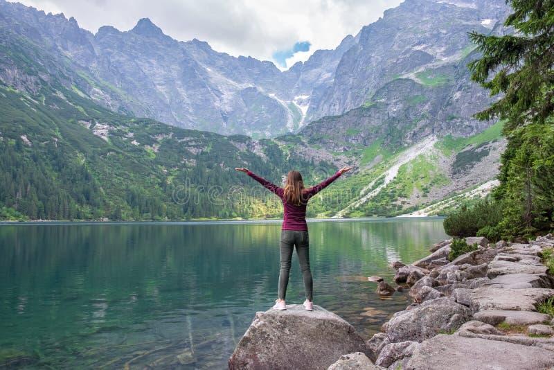 Молодая туристская девушка на глазе моря Morskie Oko озера, Zakopane, Польше, высоком Tatras стоковые изображения rf