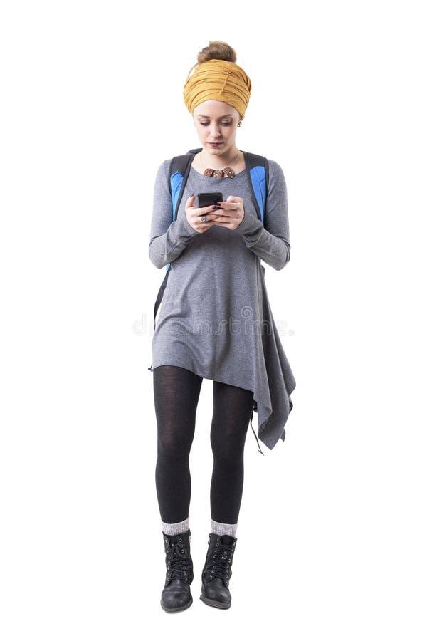 Молодая туристская женщина хипстера идя и смотря навигация карты мобильного телефона стоковые фотографии rf