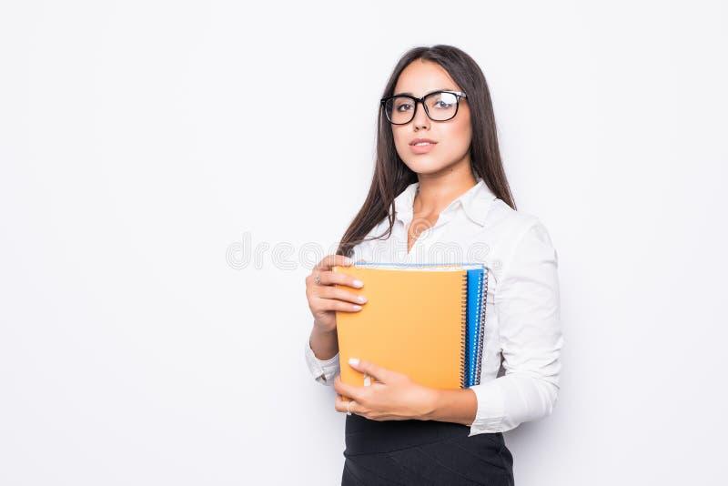 Молодая усмехаясь бизнес-леди с книгой изолированной на белой предпосылке стоковое изображение rf