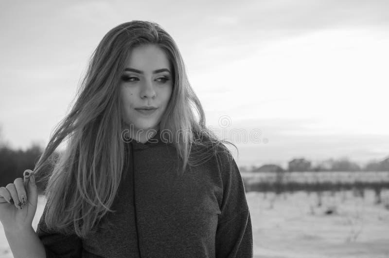 Молодая усмехаясь девушка в зиме стоковая фотография