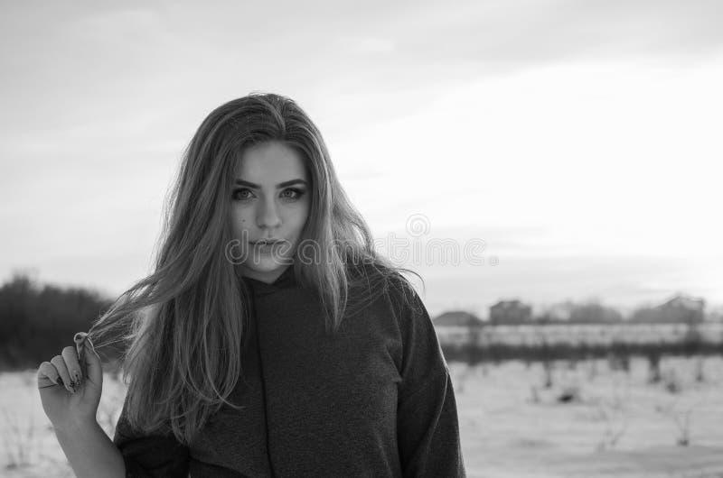 Молодая усмехаясь девушка в зиме стоковое фото rf