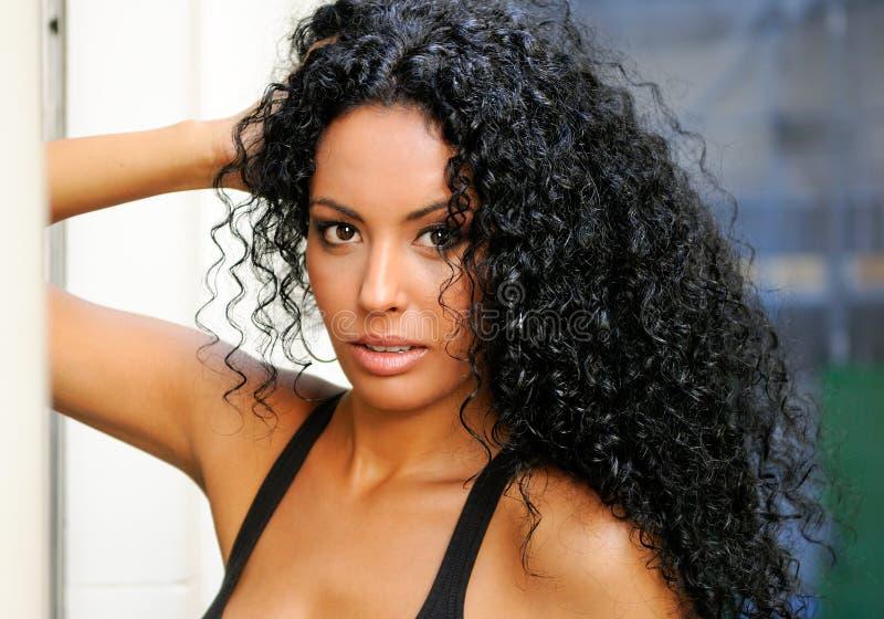 Молодая чернокожая женщина, модель способа стоковое фото