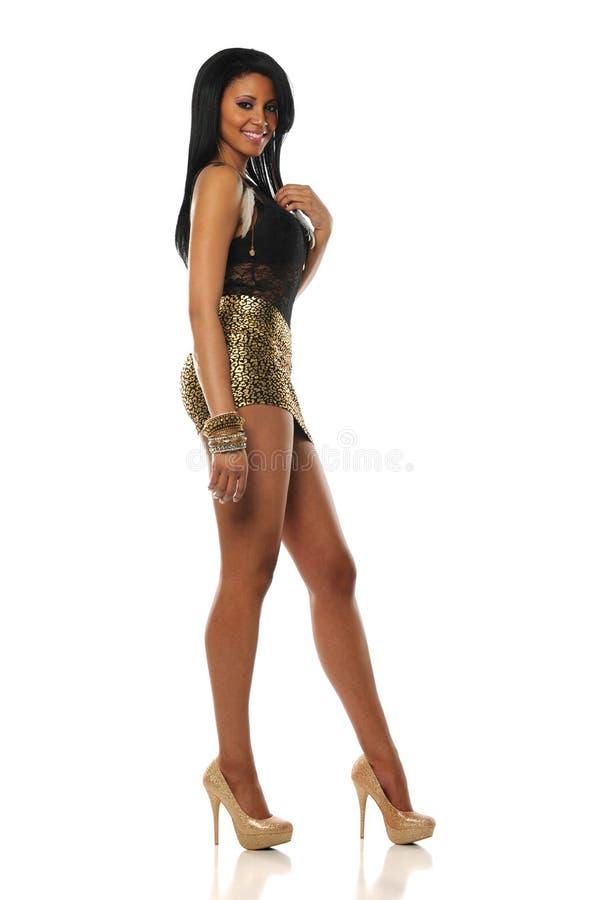 Молодая чернокожая женщина нося миниую юбку стоковые фотографии rf