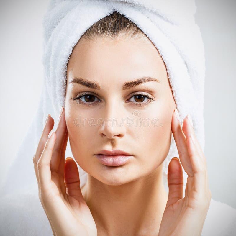 Молодая чувственная женщина с полотенцем ванны на голове стоковые фотографии rf
