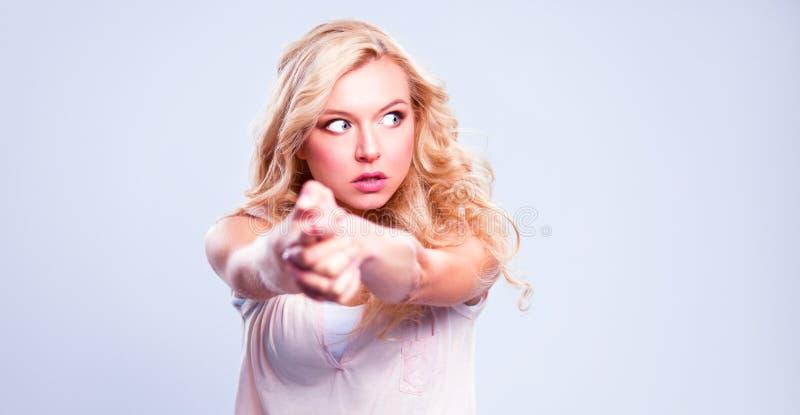 Молодая эмоциональная женщина, изолированная на серой предпосылке стоковые изображения rf