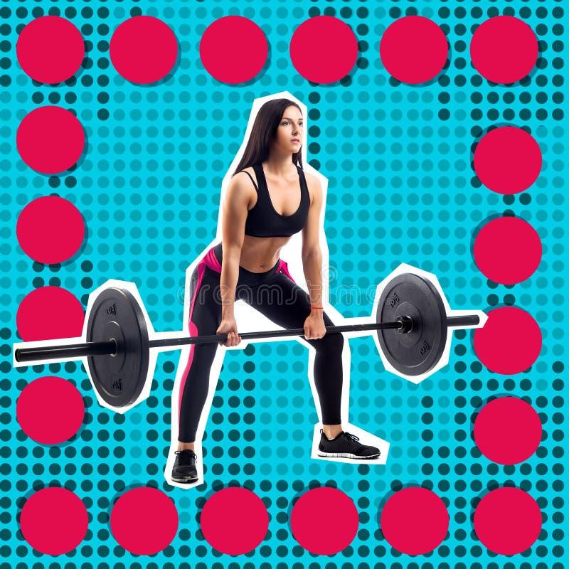 Молодая sporty модель фитнеса женщины делая deadlift стоковые изображения rf