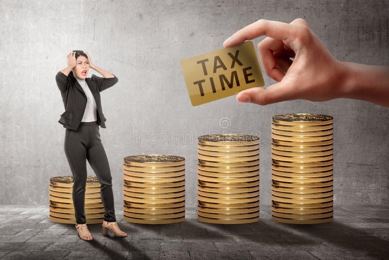 Молодое азиатское усиленное чувство бизнес-леди потому что крайний срок времени налога стоковые фото