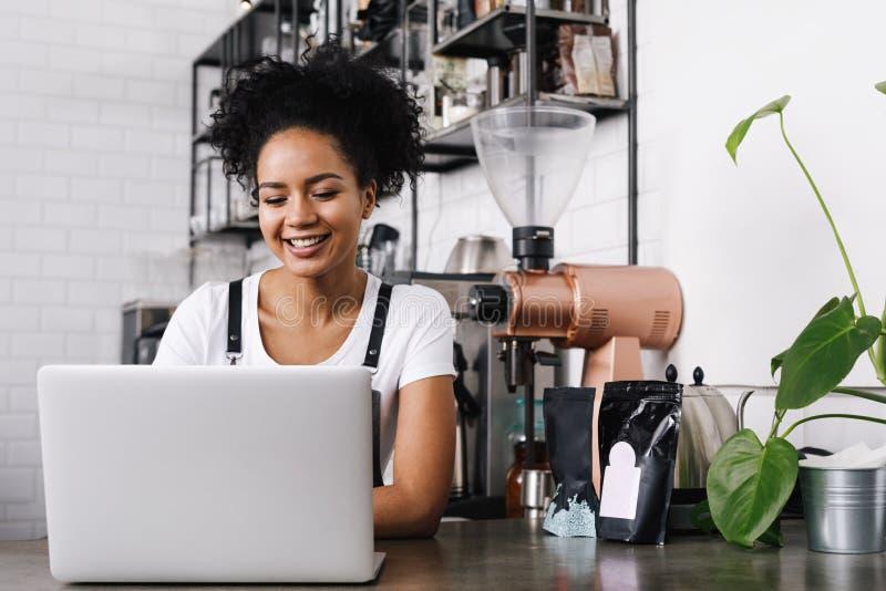 Молодое женское предприниматель кафа стоковая фотография