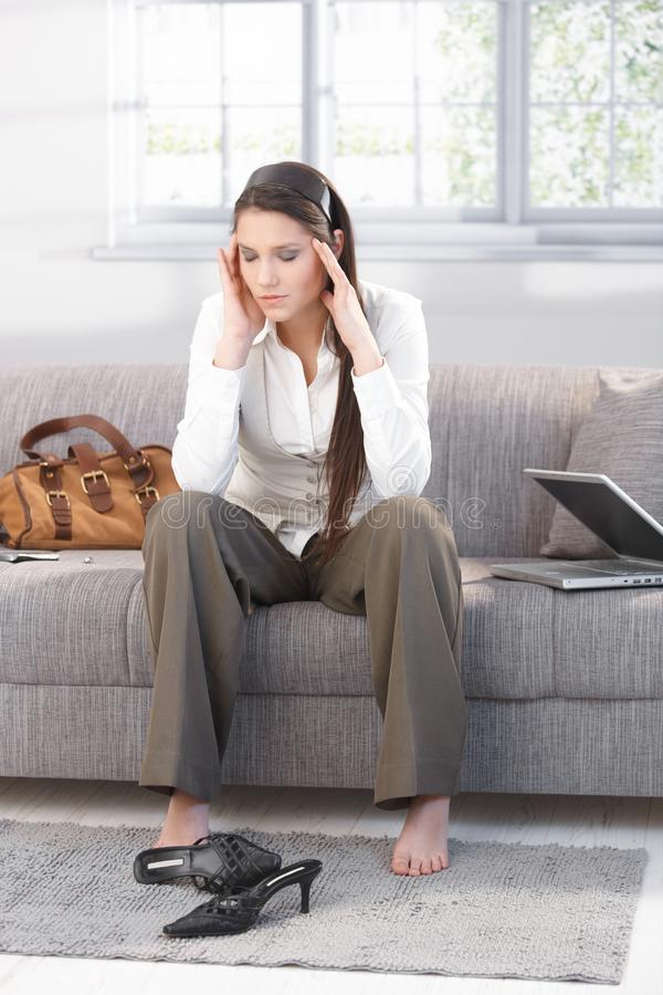 Молодое женское страдание от головной боли стоковое фото