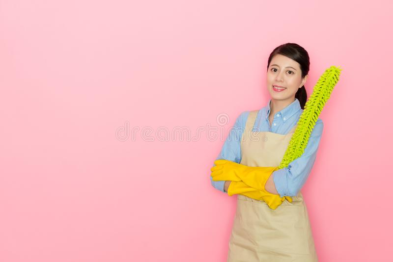 Молодое женское houseworker держа сыпню пера стоковое фото rf