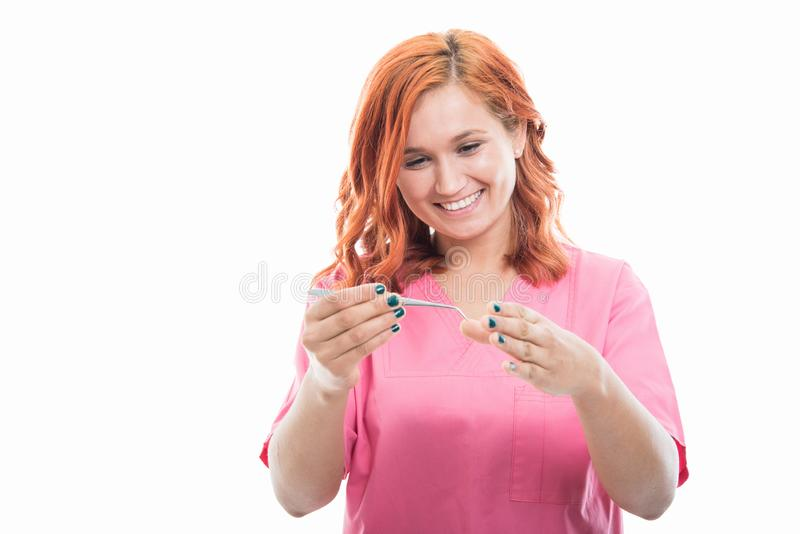 Молодое женское stomatologist используя медицинский инструмент стоковые фотографии rf