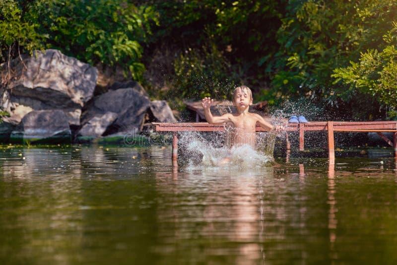 Молодое заплывание мальчика в озере стоковая фотография