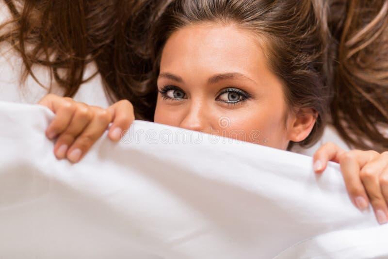 Молодое красивое женское бодрствование вверх стоковые изображения rf