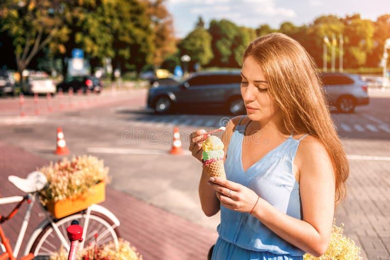 Молодое красивое мороженое острословия девушки стоковая фотография