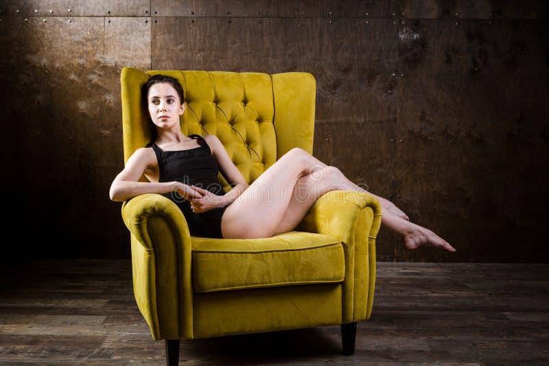 Молодое красивое, сексуальная кавказская женщина с тонкой диаграммой и длинные чуть-чуть ноги, barefoot представляя возлежать на  стоковое изображение
