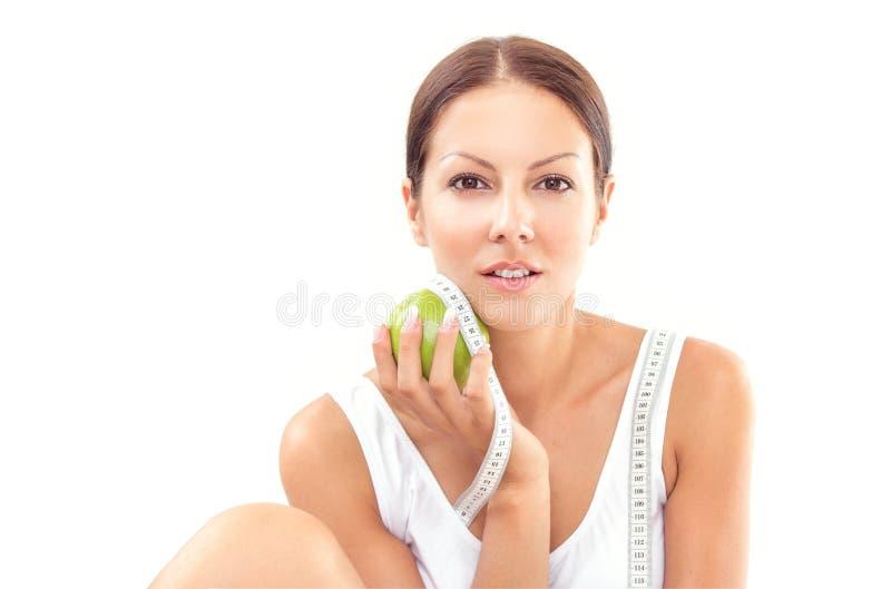 Молодое милое яблоко удерживания женщины стоковая фотография