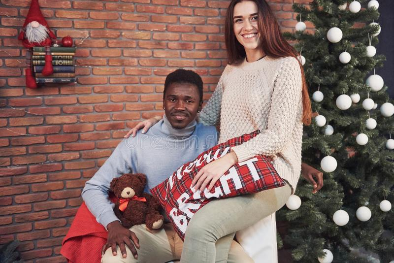 Молодое многонациональное рождество встречи пар обнимая домой Новый Год Праздничное настроение человека и женщины стоковые изображения rf