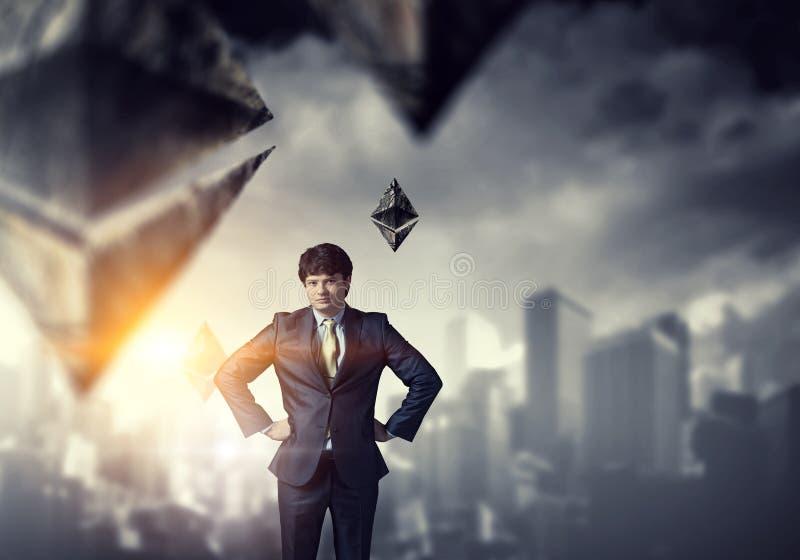Молодое положение бизнесмена с его руками на его мультимедиа талии стоковое фото rf
