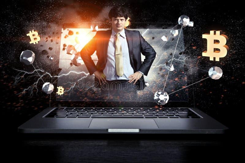 Молодое положение бизнесмена с его руками на его мультимедиа талии стоковое фото