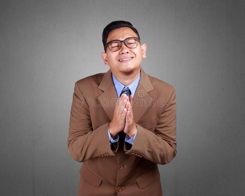 Молодое сожаление бизнесмена, извиняется жест стоковые изображения rf