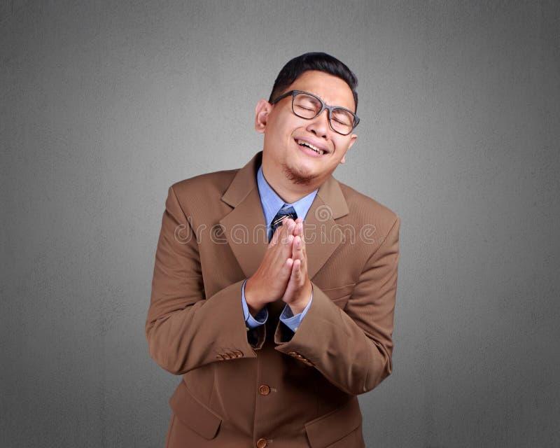 Молодое сожаление бизнесмена, извиняется жест стоковое изображение rf