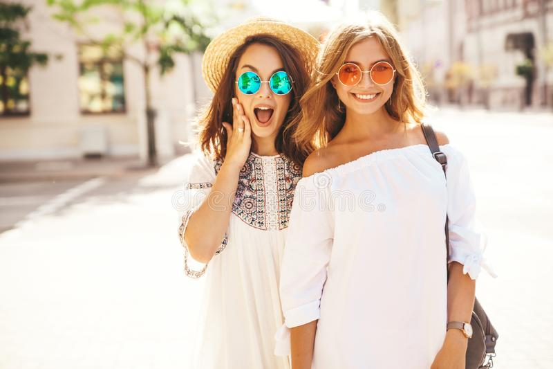 Молодое стильное брюнет hippie 2 и белокурые модели женщин стоковые фотографии rf