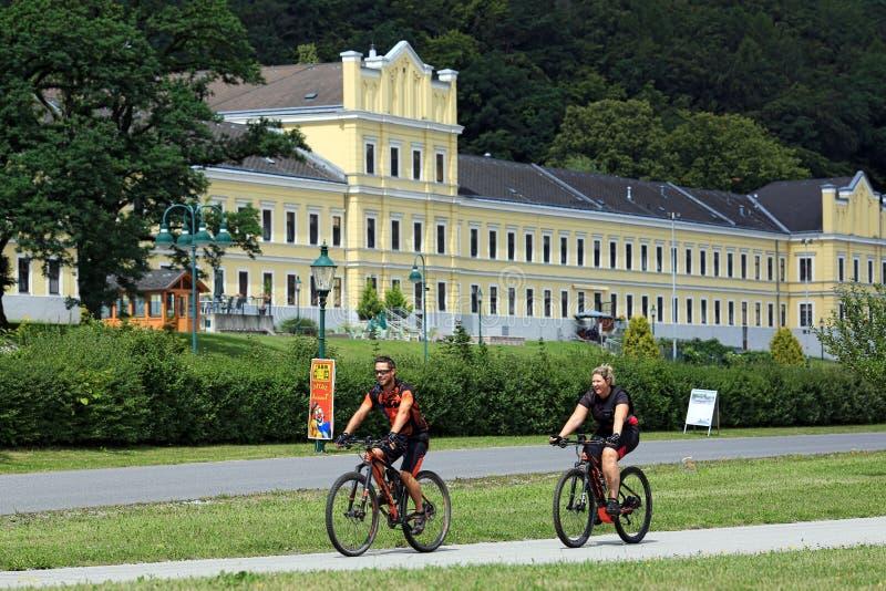 Молодое счастливое катание пар bicycles в историческом центре городка Ybbs der Donau, Нижняя Австрия, Европа стоковая фотография