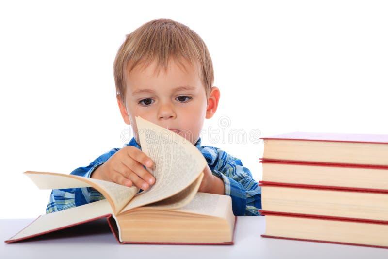 Молодое чтение мальчика стоковые изображения rf
