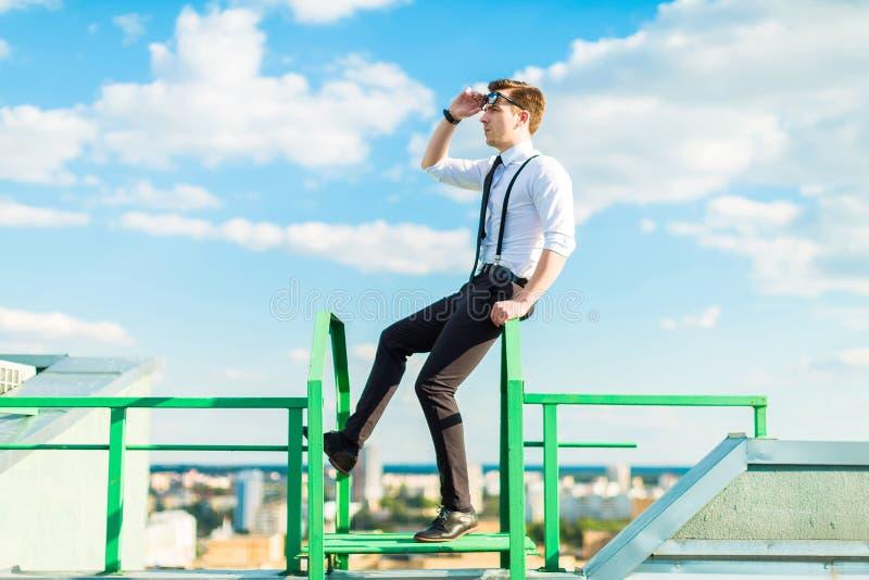 Молодое busunessman в белых рубашке, связи, расчалках и sta солнечных очков стоковые фото
