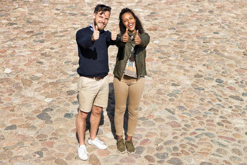 Молодое multiracial шоу пар как жест Литва стоковое фото rf