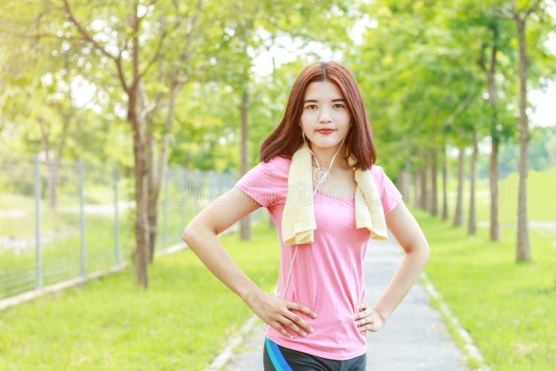 Молодой азиатский бегун женщин подготавливая для jogging стоковое изображение rf