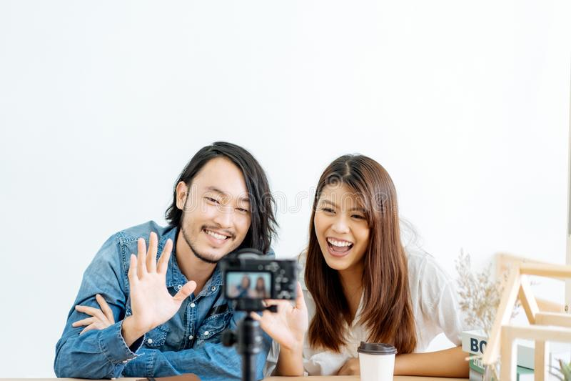 Молодой азиатский блоггер пар с видео записи стоковое изображение