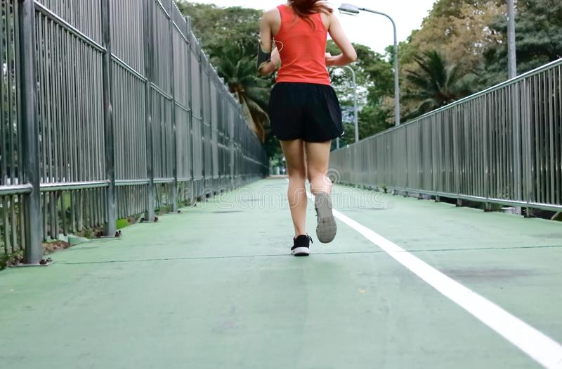 Молодой азиатский здоровый женский ход на улице Концепция фитнеса и тренировки стоковые фотографии rf